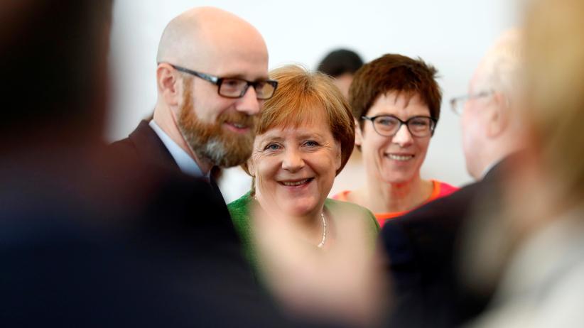 Annegret Kramp-Karrenbauer: Der bisherige Generalsekretär Peter Tauber, Angela Merkel und Taubers Nachfolgerin Annegret-Kramp-Karrenbauer