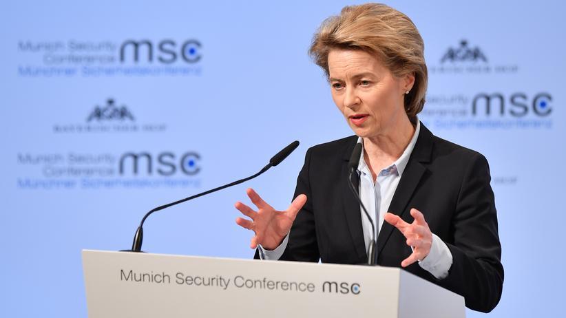 Münchner Sicherheitskonferenz: Von der Leyen an der Luftgitarre