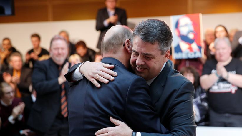 SPD: Ex-SPD-Chef Sigmar Gabriel umarmt seinen Nachfolger Martin Schulz – aufgenommen am 29. Januar 2017, dem Tag, als die Partei Schulz zu ihrem Kanzlerkandidaten nominierte.