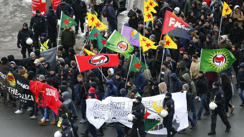 Hannover: Tausende Kurden demonstrieren gegen türkischen Militäreinsatz