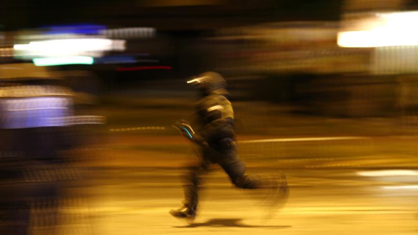 G20-Ermittlungen: Nach den Anti-G20-Demonstrationen läuft ein Polizist auf einer Straße in Hamburg.