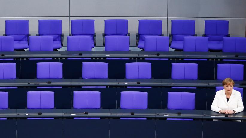 Kanzlerinnenwahl im Bundestag: Noch ist es leer auf der Regierungsbank: Bundeskanzlerin Angela Merkel vor der Vereidigung ihrer Minister.