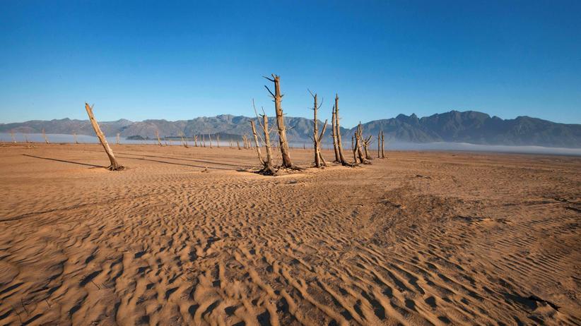 Unesco: Sand und vertrocknete Baumstümpfe am Theewaterskloof-Damm in der Nähe von Kapstadt in Südafrika. Das Wasserreservoir hatte im Mai 2017 nur 20 Prozent seiner Wasserkapazität.