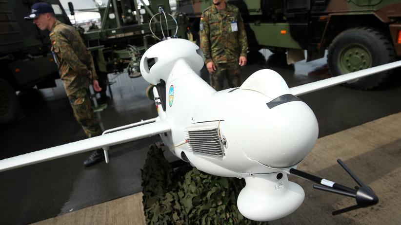 Rüstungsaufträge: Eine der Bundeswehr-Drohnen auf einer Flugmesse in Berlin