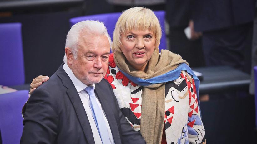 FDP-Vize Wolfgang Kubicki und die Grüne Claudia Roth unterhalten sich im Bundestag.