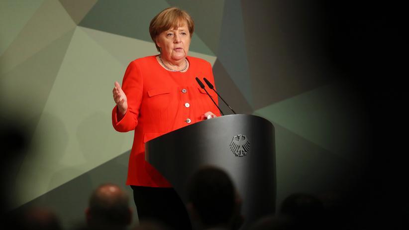 Angela Merkel: Bundeskanzlerin deutet höhere Verteidigungsausgaben an