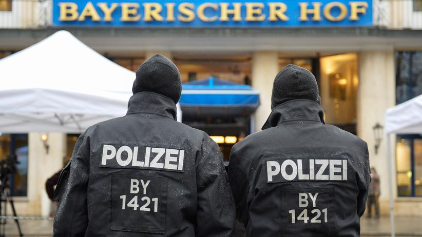 Bayern: Polizisten vor dem Hotel Bayerischer Hof in München