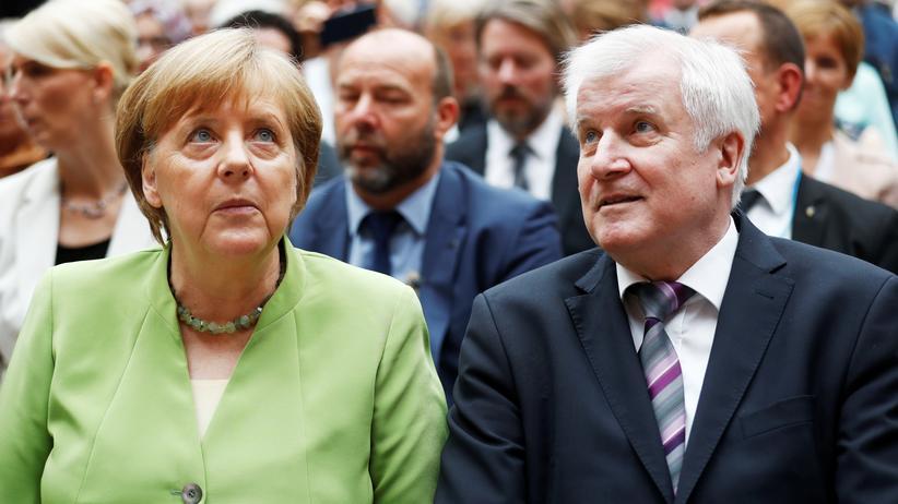 Asylstreit: Bundeskanzlerin Angela Merkel und Bundesinnenminister Horst Seehofer bei der Gedenkveranstaltung an die Opfer von Flucht und Vertreibung in Berlin.