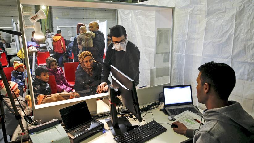 Grenzpolitik: Flüchtlingsregistrierung in einem Ankunftszentrum: Geht es nach Innenminister Seehofer, soll ein Teil der Ankommenden künftig direkt an der Grenze zurückgewiesen werden.