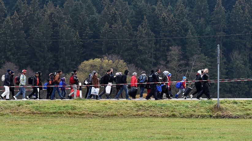 Asylstreit: Dieses Archivbild vom November 2015 zeigt eine Gruppe von Migranten nahe der österreichisch-deutschen Grenze.
