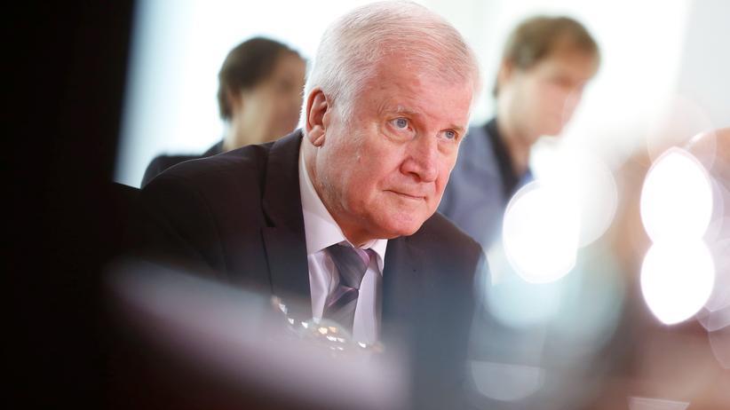 Migration: Bundesinnenminister und CSU-Parteichef Horst Seehofer am Kabinettstisch.