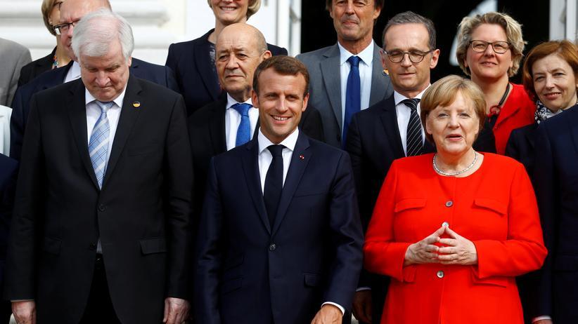 Flüchtlingsstreit: Innenminister Horst Seehofer, Frankreichs Präsident Emmanuel Macron und Kanzlerin Angela Merkel