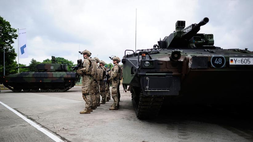 Verteidigung: Übergabe von Puma Schützenpanzern an die Bundeswehr im Juni 2015