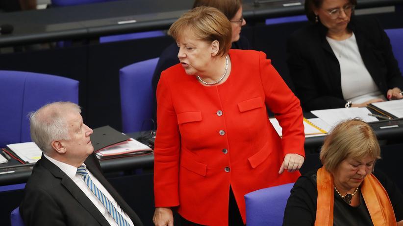 ARD-Deutschlandtrend: Während Horst Seehofers Zustimmungswerte sinken, bleiben die Deutschen laut Umfrage ähnlich zufrieden mit ihrer Bundeskanzlerin.