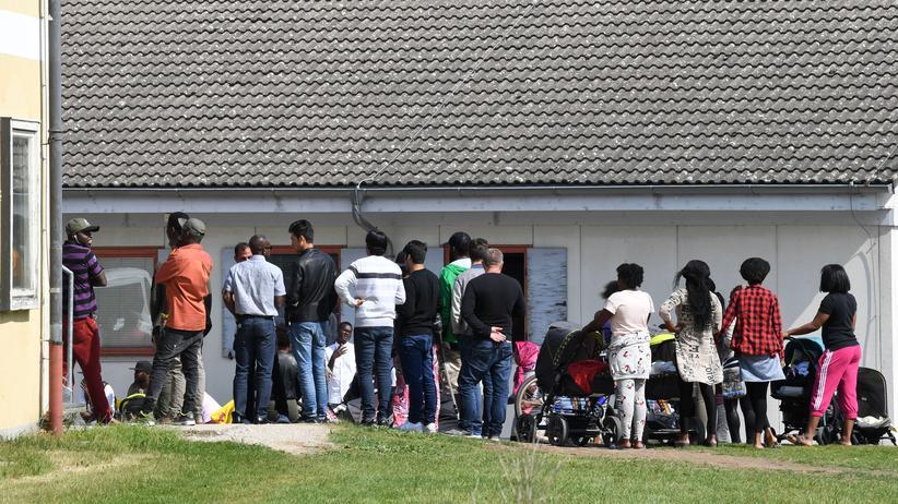 StarthilfePlus: Wartende Asylsuchende vor einem bayerischen Transitzentrum