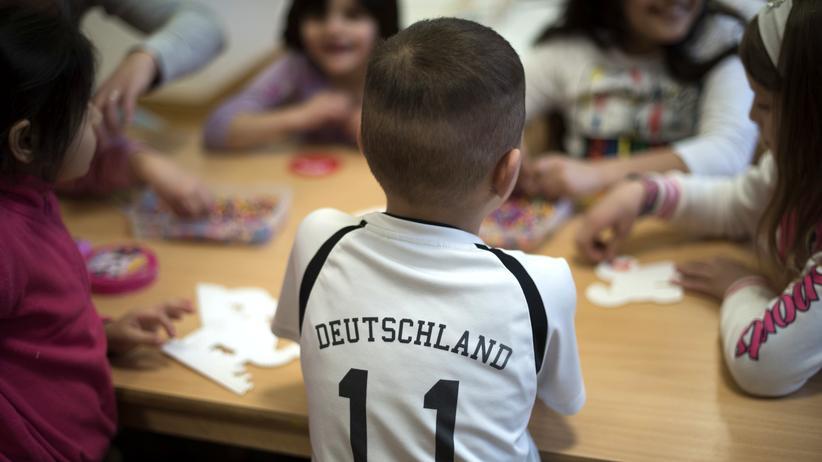 Radikalisierung: Das Symbolbild zeigt unter anderem einen jungen Migranten mit Deutschland-Trikot: Laut neuer Analyse des Verfassungsschutzes würden manche Kinder in Deutschland «von Geburt an mit einem extremistischen Weltbild erzogen».