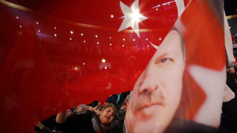 Recep Tayyip Erdoğan: Die Union weigert sich, der Türkei finanziell zu helfen. Es sei denn, Präsident Erdoğan – hier auf einer Flagge seiner Anhänger in Oberhausen – lasse wieder Rechtsstaatlichkeit zu.