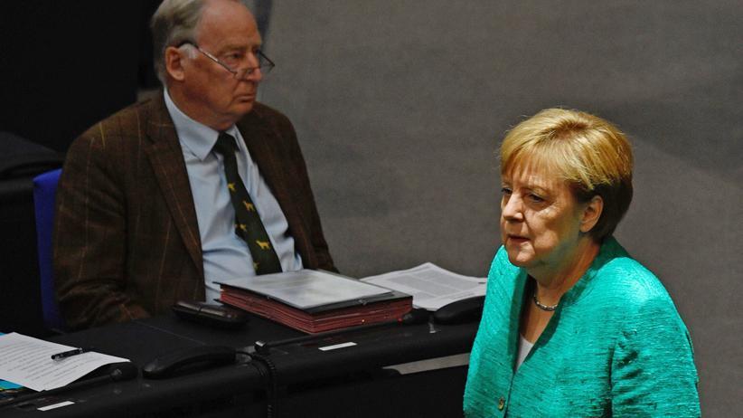 Alexander Gauland: Begegnungen im Bundestag: Kanzlerin Angela Merkel (CDU) und Alexander Gauland (AfD).