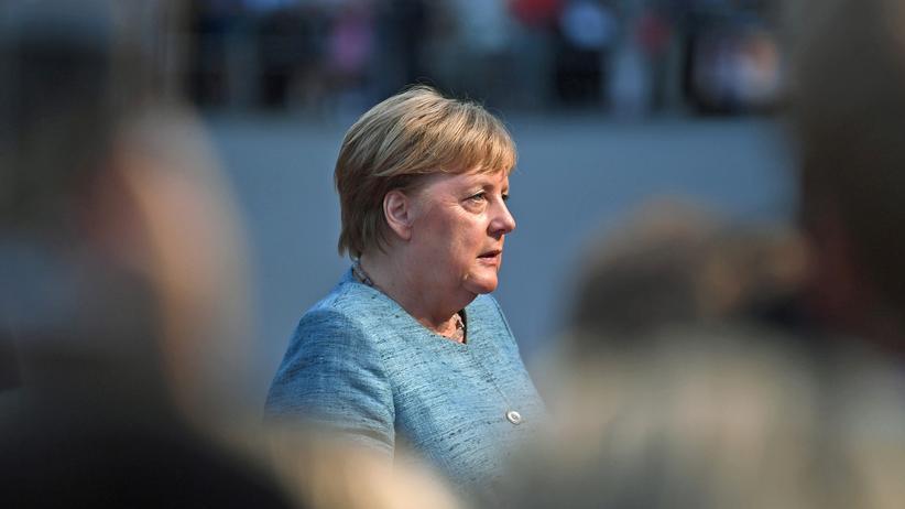 Bundesregierung: Kanzlerin Angela Merkel spricht mit Journalisten in Salzburg.