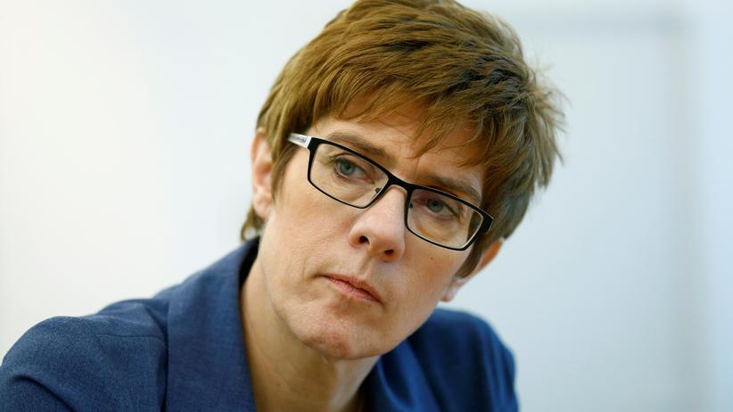 CDU-Generalsekretärin: Kramp-Karrenbauer lobt Merkel für Führungsstärke