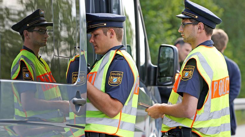 Flüchtlingsabkommen: Bayerische Polizisten kontrollieren Pässe an der deutsch-österreichischen Grenze.