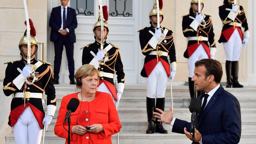 Frankreich: Angela Merkel lauscht der Übersetzung des Statements ihres Gastgebers, Frankreichs Staatspräsident Emmanuel Macron.