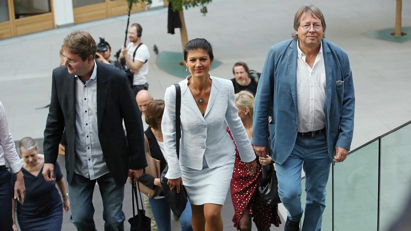 Sammlungsbewegung: Sahra Wagenknecht betritt begleitet von Ex-Grünen-Parteichef Ludger Volmer (rechts) und dem Theaterdramaturgen Bernd Stegemann den Saal die Bundespressekonferenz, um ihre Sammlungsbewegung vorzustellen.