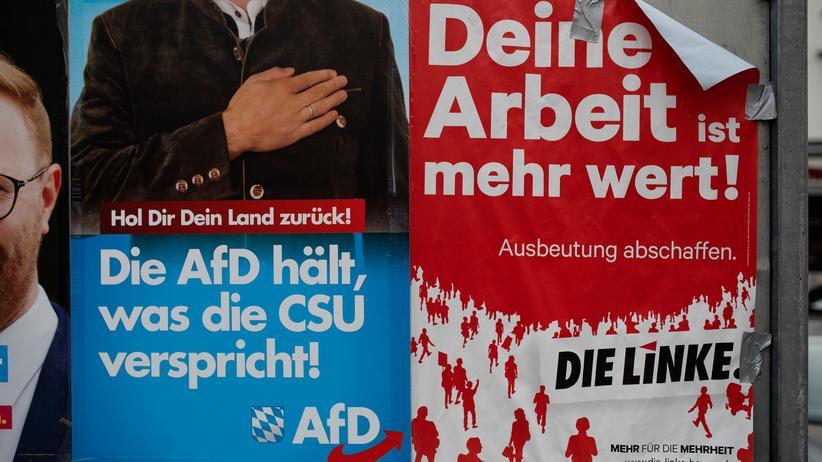 """AfD in Bayern: Auf den Wahlplakaten der AfD steht: """"Hol Dir Dein Land zurück!""""."""