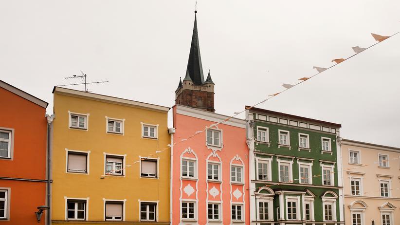 AfD in Bayern: Fassaden in Pfarrkirchen, oft pastellfarben