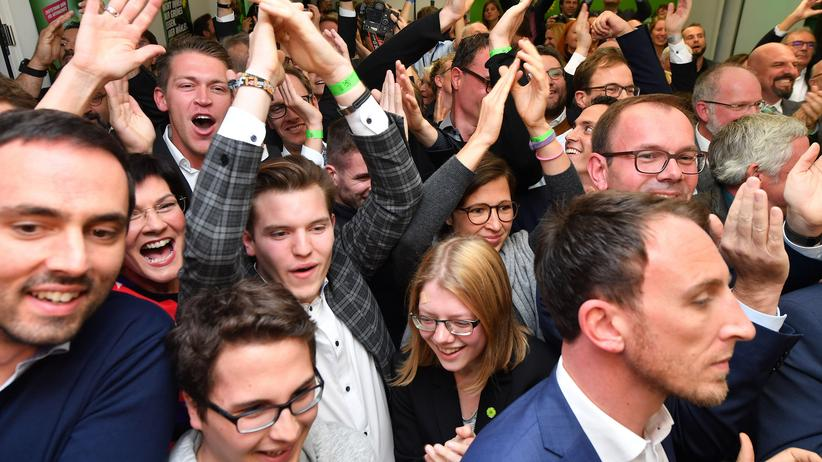 Hessen-Wahl: Supporters of the Green party react as first exit polls were announced on public television during the state elections in Hesse (Hessen) at the state parliament in Wiesbaden, western Germany on October 28, 2018. (Photo by Torsten SILZ / AFP)        (Photo credit should read TORSTEN SILZ/AFP/Getty Images)