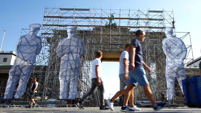 Ostdeutschland: Die Umrisse von riesigen Grenzsoldaten sind anlässlich der Feierlichkeiten zum Tag der Einheit am Brandenburger Tor in Berlin aufgebaut.