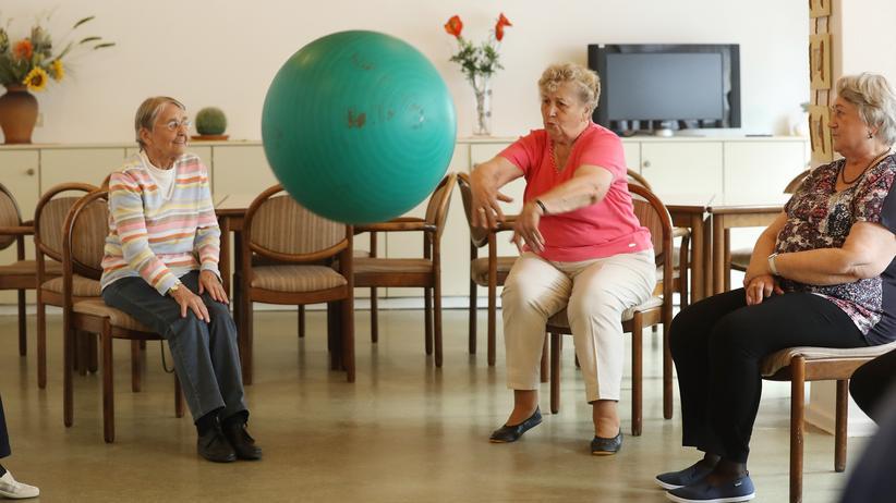 Altersvorsorge: Seniorinnen halten sich mit Sport fit