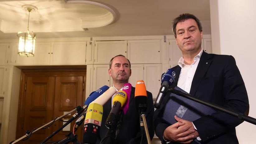Bayern: Hubert Aiwanger (Freie Wähler) und Markus Söder (CSU) sprechen nach der ersten Sondierungsrunde mit der Presse.