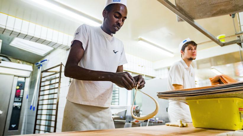 Einwanderungsgesetz: Anwar Albrnaoy aus Nigeria bei seiner Arbeit in einer Bäckerei in Reutlingen. Eine Abschiebung von Geflüchteten während der Dauer ihrer Berufsausbildung soll nach den Plänen der Bundesregierung künftig nicht mehr möglich sein.