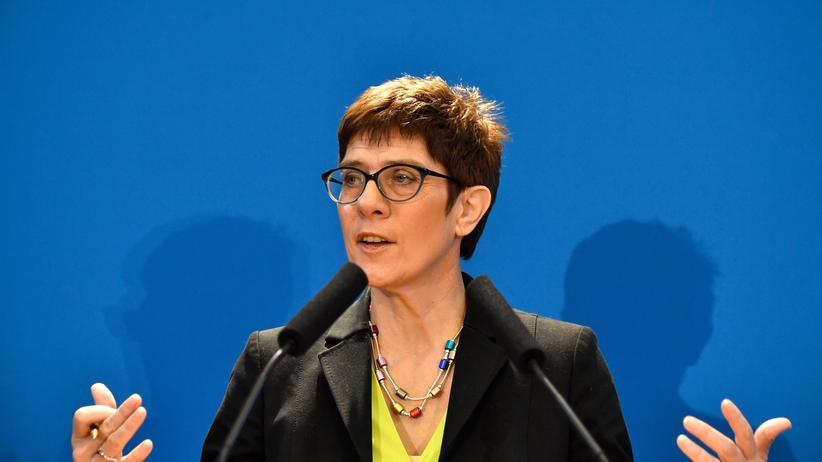 Parteivorsitz: Kramp-Karrenbauer liegt in Umfrage vor Merz
