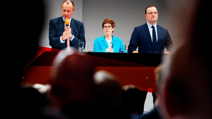 Regionalkonferenz der CDU: Kein Wort über die AfD: Die drei Kandidaten für den CDU-Vorsitz Friedrich Merz, Annegret Kramp-Karrenbauer und Jens Spahn bei ihrer letzten Regionalkonferenz in Berlin