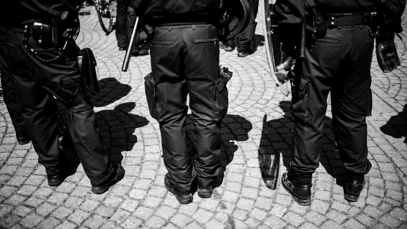 Rechtsextremismus: Hessische Polizisten im Einsatz.