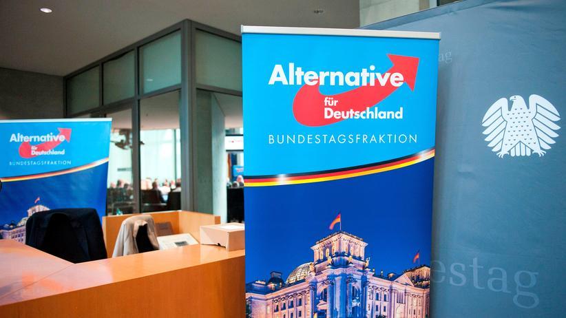 AfD: Ein Bild aus früheren Tagen: Im September 2017 zog die AfD in den Bundestag ein. Das Banner stellte sie bei ihrer ersten Sitzung im Parlament auf.