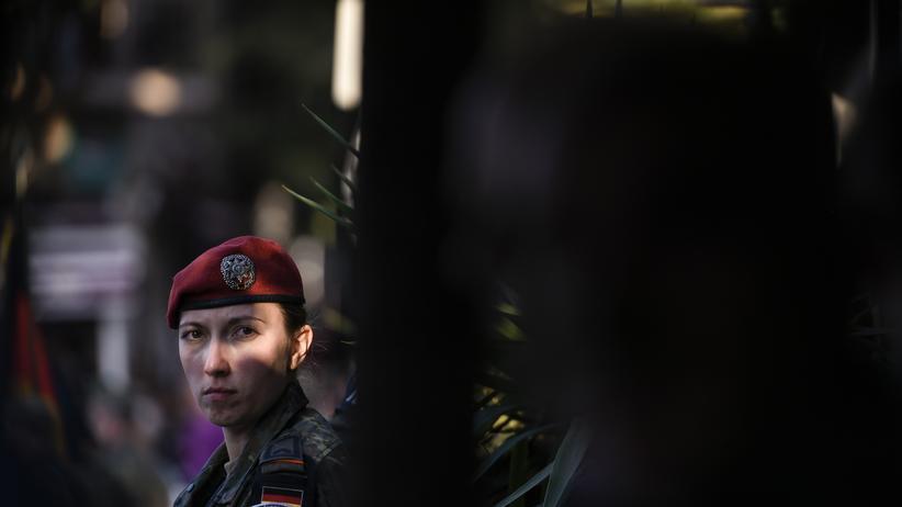 Streitkräfte: Eine deutsche Soldatin bei einer von der Nato angeführten Friedensmission in Prizren, Kosovo