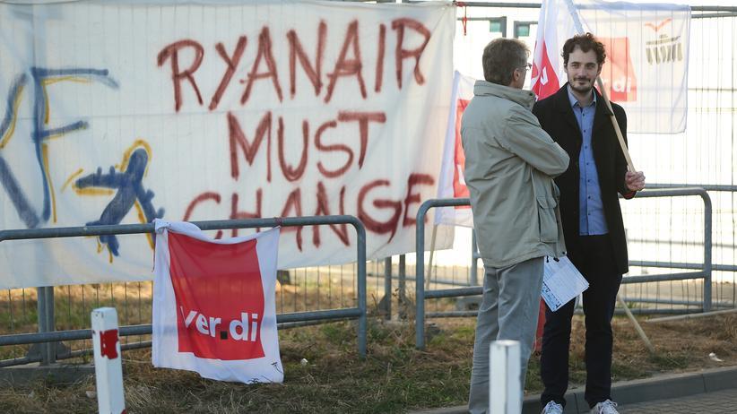 Tarifvertrag: Ver.di-Mitglieder bei einer Protestaktion am Flughafen Schönefeld