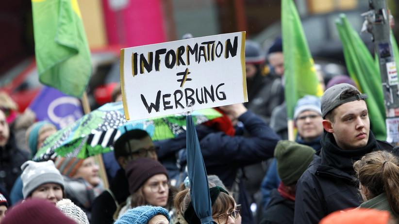 Paragraf 219a: Demonstration in Berlin für die Aufhebung des Paragrafen 219a. Seit Monaten debattierte die große Koalition. Nun hat sie sich auf eine Neuregelung verständigt.