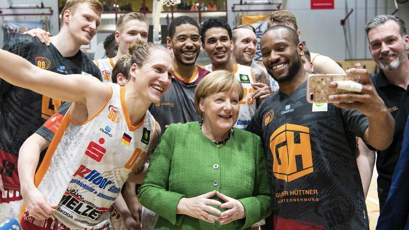 Angela Merkel: Sie ist bei vielen Wählerinnen und Wählern auch in der vierten Amtszeit beliebt: Bundeskanzlerin Angela Merkel im März in Chemitz bei einem Basketballspiel.