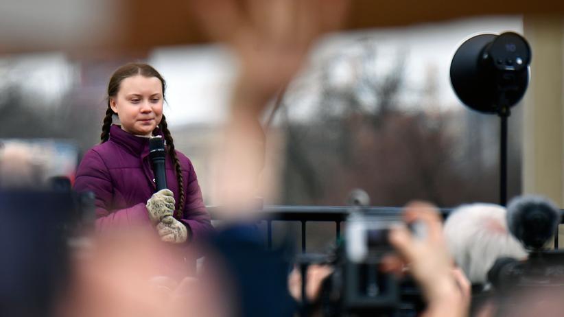 Klima-Demonstrationen: Die Schwedin Greta Thunberg spricht vor dem Brandenburger Tor in Berlin.