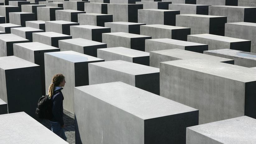 Verletzte SS-Soldaten: Besucher am Holocaust-Denkmal in Berlin