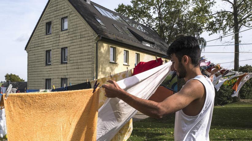Europawahl: Ein Flüchtling aus dem Iran hängt im sächsischen Clausnitz seine Wäsche auf.