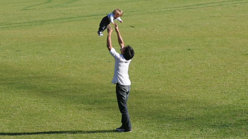 Familienpolitik: Vater mit Kind: Der Anteil der Väter, die Elterngeld beziehen, steigt.