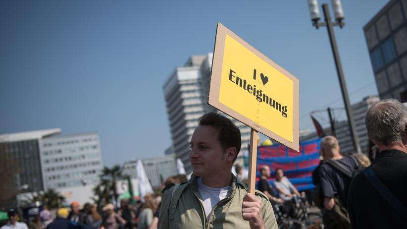 Mieten: Am Samstag protestierten – wie dieser Demonstrant auf dem Berliner Alexanderplatz – Zehntausende Menschen gegen eine verfehlte Wohnungspolitik.