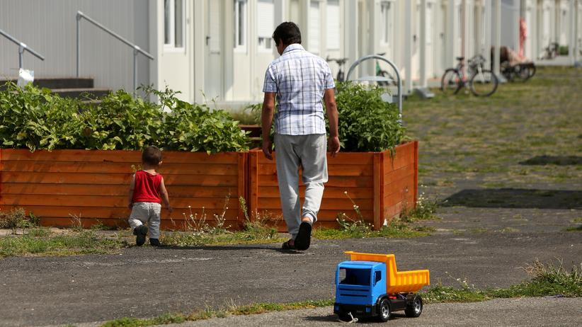 Asyl und Abschiebung: Vater und Sohn vor einer Flüchtlingsunterkunft in Berlin-Tempelhof (Archivbild)
