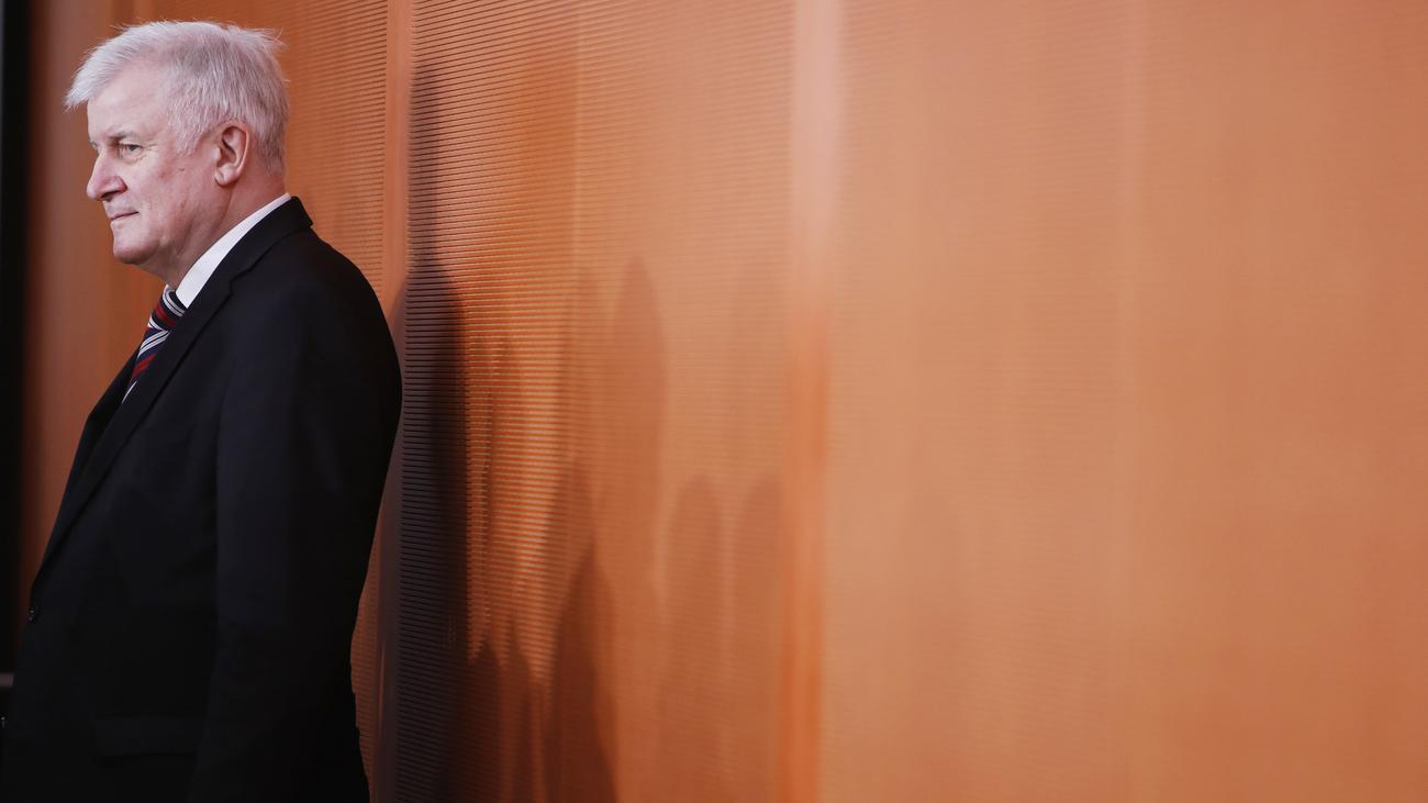 Asylpolitik: Horst Seehofer will Asylpraxis für Syrer vorerst nicht ändern