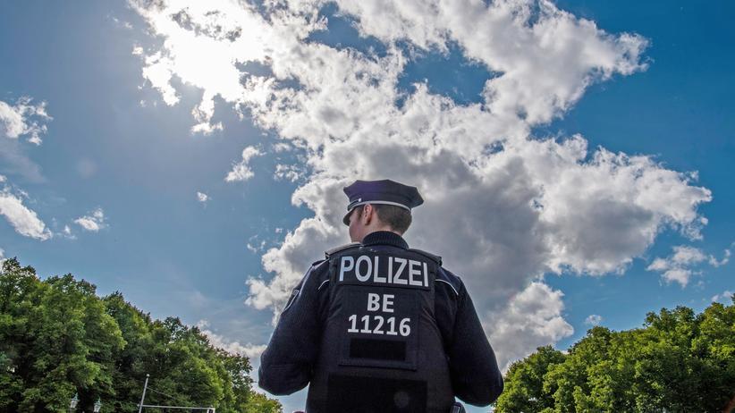 Rechtspopulismus: Ein Polizist vor dem Brandenburger Tor in Berlin